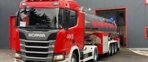 Czerwony samochód stażacki z cysterną.